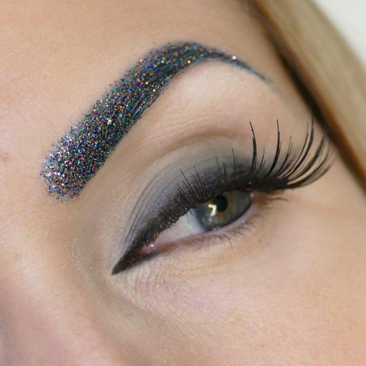 glitter på ögonbryn