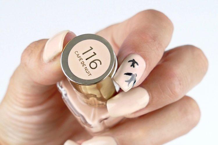 Eyeliner svalor på naglarna