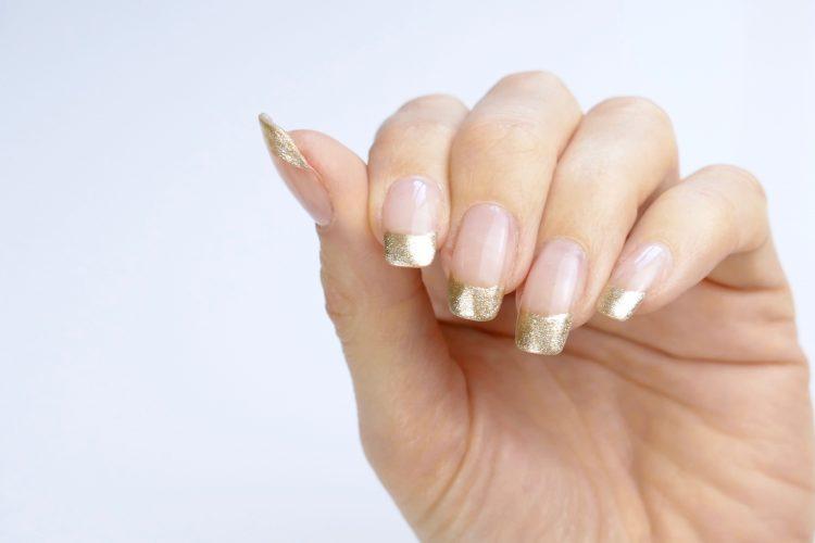 Guld tippar naglar