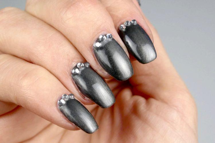 Grå svart metallic naglar
