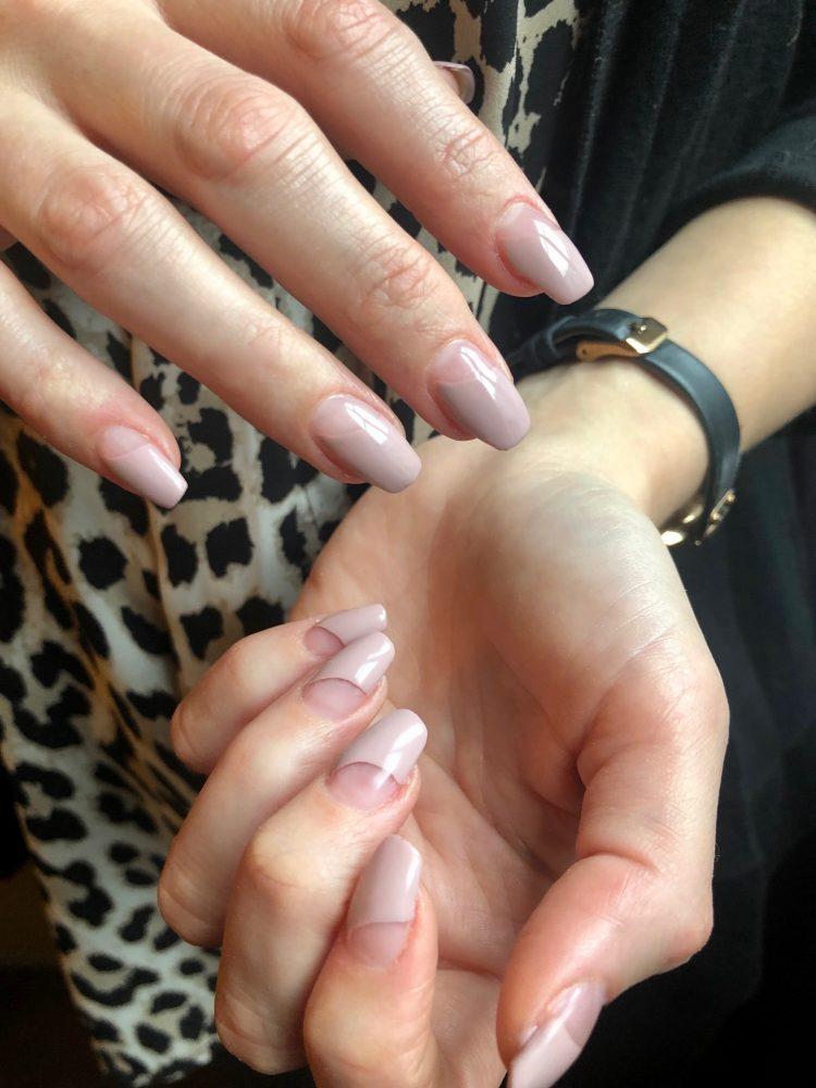 Taupe färg naglar
